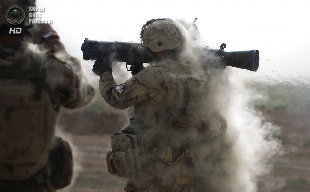Афганистан. Кандагар. 3 июня 2010 года. Канадский солдат стреляет антитанковой ракетой во время тренировок. (AP Photo/Anja Niedringhaus)