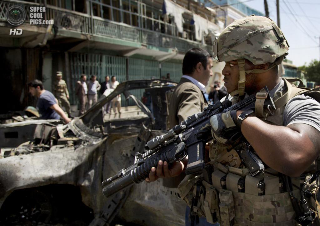 Афганистан. Кабул. 16 мая 2013 года. Солдаты на месте теракта. (AP Photo/Anja Niedringhaus)
