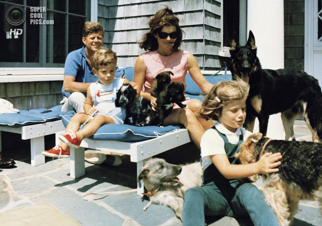 США. Гианнис-Порт, Массачусетс. 14 августа 1963 года. Президент Джон Ф. Кеннеди с семьей в своем втором доме в штате Массачусетс. (AP Photo/White House/Cecil Stoughton)