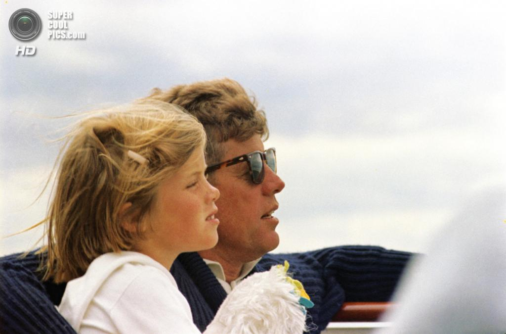 США. Гианнис-Порт, Массачусетс. 14 августа 1963 года. Президент Джон Ф. Кеннеди со своей дочерью Кэролайн. (Robert Knudsen/White House/John F. Kennedy Presidential Library)