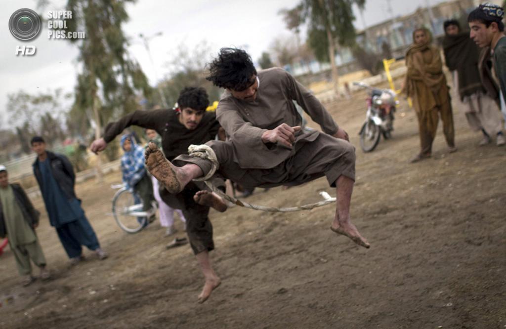 Афганистан. Кандагар. 11 февраля 2011 года. Афганцы сражаются друг с другом с помощью стропов в парке. (AP Photo/Anja Niedringhaus)