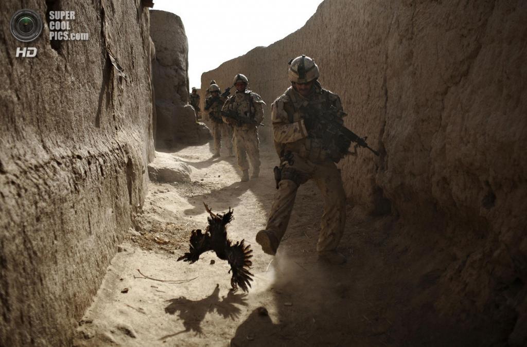 Афганистан. Салават, Кандагар. 11 сентября 2010 года. Канадские солдаты во время патрулирования. Они были атакованы с помощью гранат из-за стены. (AP Photo/Anja Niedringhaus)