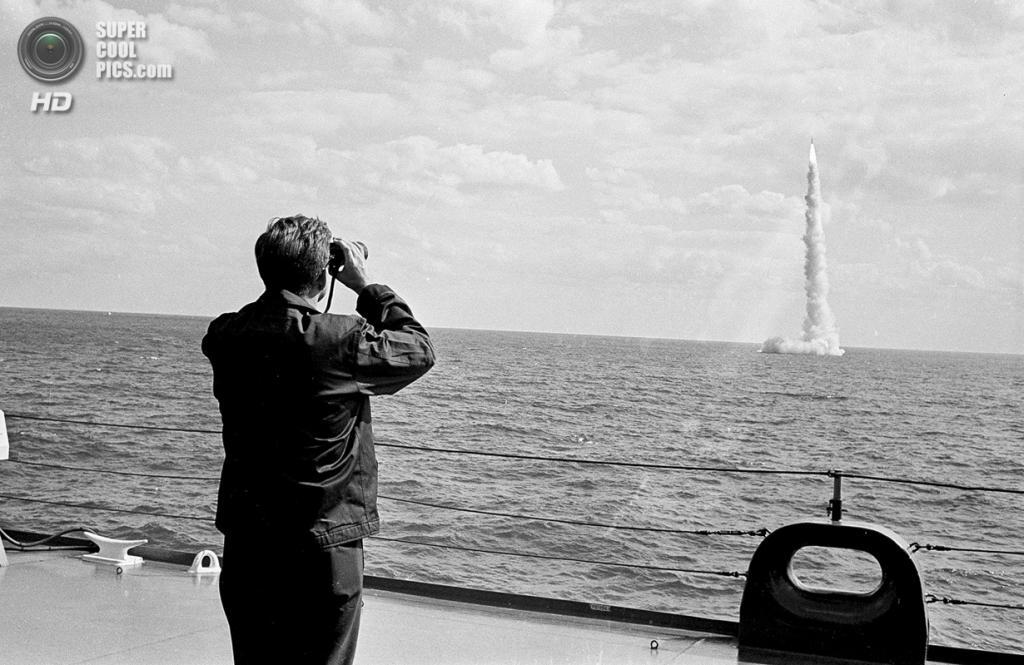 США. Канаверал, Флорида. 16 ноября 1963 года. Президент Джон Ф. Кеннеди наблюдает за пуском ракеты «Поларис». (AP Photo)