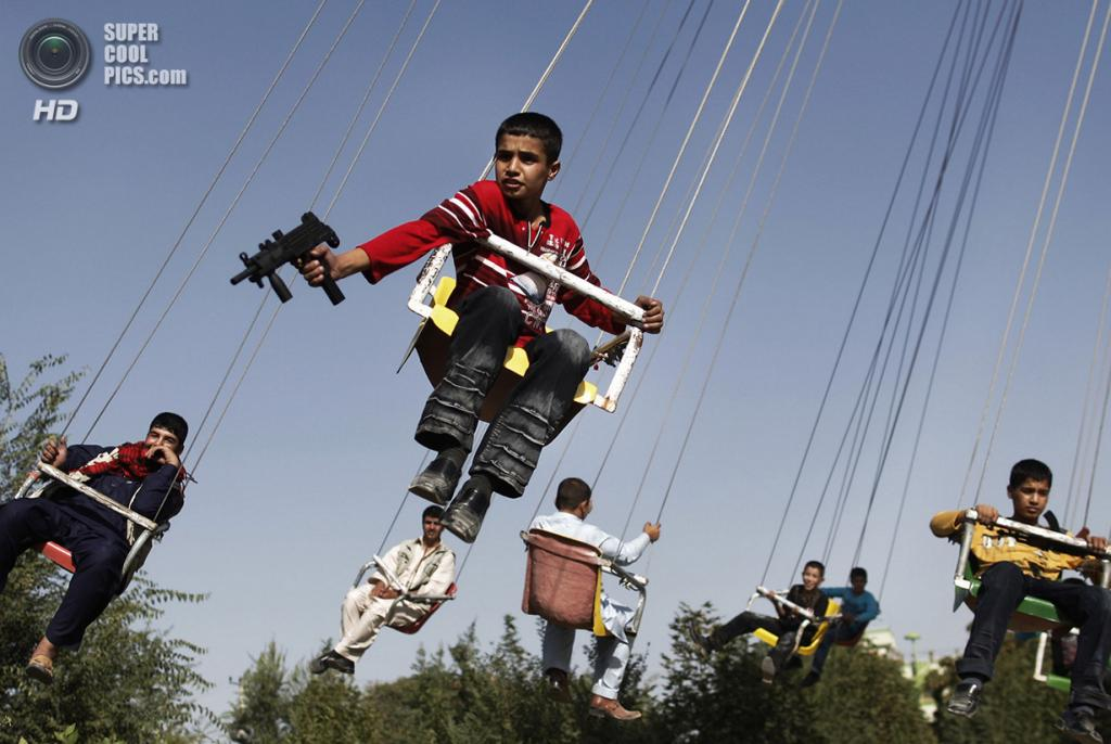 Афганистан. Кабул. 20 сентября 2009 года. Афганские мальчики на карусели. (AP Photo/Anja Niedringhaus)