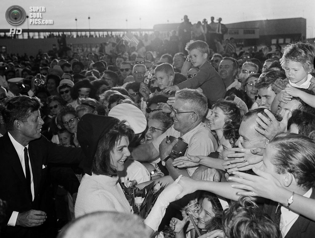 США. Хьюстон, Техас. 21 ноября 1963 года. Доброжелатели приветствуют президента Джона Ф. Кеннеди и первую леди Жаклин Кеннеди в Международном аэропорту Хьюстона. (AP Photo)