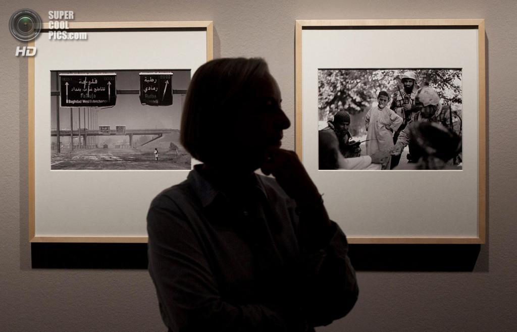 Германия. Берлин. 9 сентября 2011 года. Аня Нидрингхаус перед собственными фотографиями во время пресс-показа выставки «Аня Нидрингхаус на войне». (AP Photo/Anja Niedringhaus)
