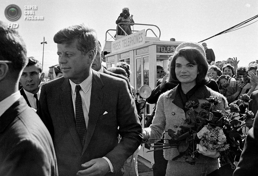 США. Даллас, Техас. 22 ноября 1963 года. Президент Джон Ф. Кеннеди и его жена Жаклин. (AP Photo)