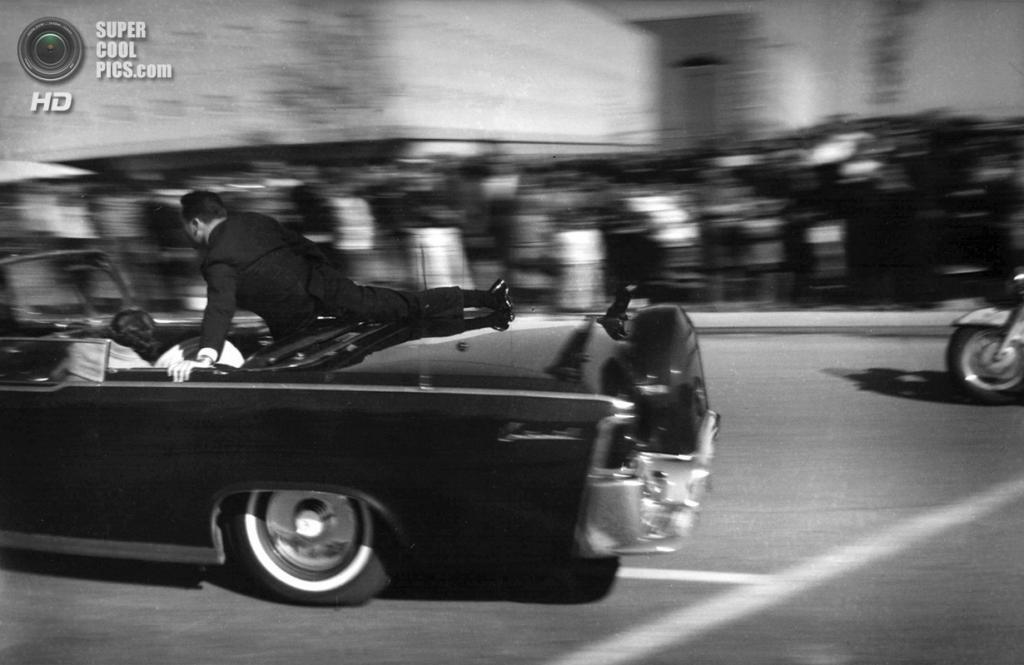 США. Даллас, Техас. 22 ноября 1963 года. Секунды спустя после выстрела, ставшего фатальным для Джона Ф. Кеннеди. (AP Photo/Justin Newman)