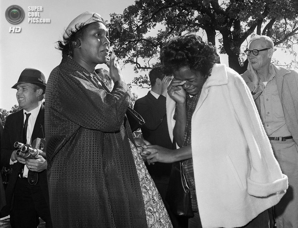 США. Даллас, Техас. 22 ноября 1963 года. Встревоженные и плачущие люди, узнавшие о смерти президента после стрельбы. (AP Photo)