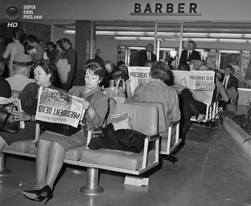 США. Даллас, Техас. 23 ноября 1963 года. Пассажиры в аэропорту Лав-Филд читают газеты, где сказано об убийстве президента Джона Ф. Кеннеди. (AP Photo)