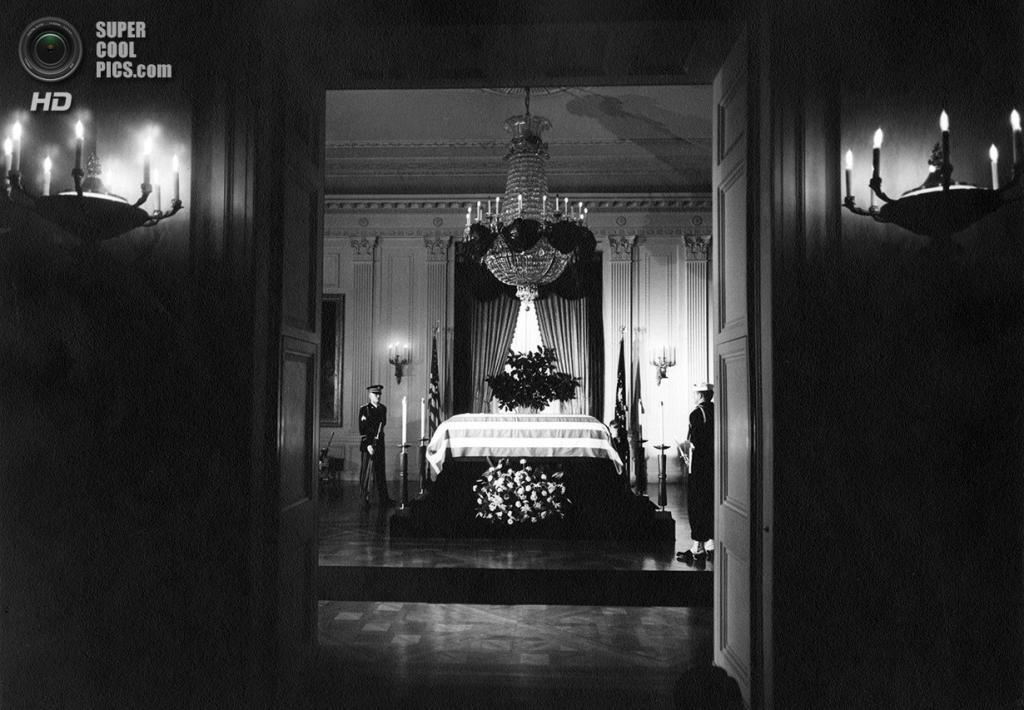 США. Вашингтон. 24 ноября 1963 года. Гроб Джона Ф. Кеннеди в Белом доме. (Abbie Rowe/White House/President John F. Kennedy Library)