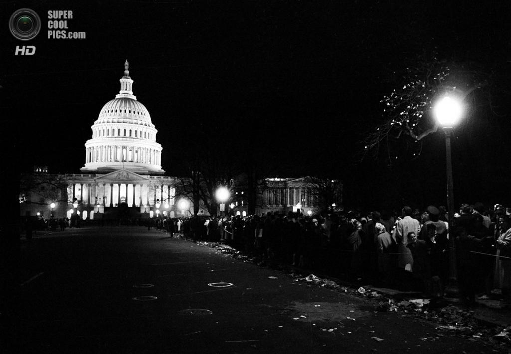 США. Вашингтон. 24 ноября 1963 года. Люди со всей страны прибывают к Белому дому, чтобы попрощаться с президентом. (AP Photo)