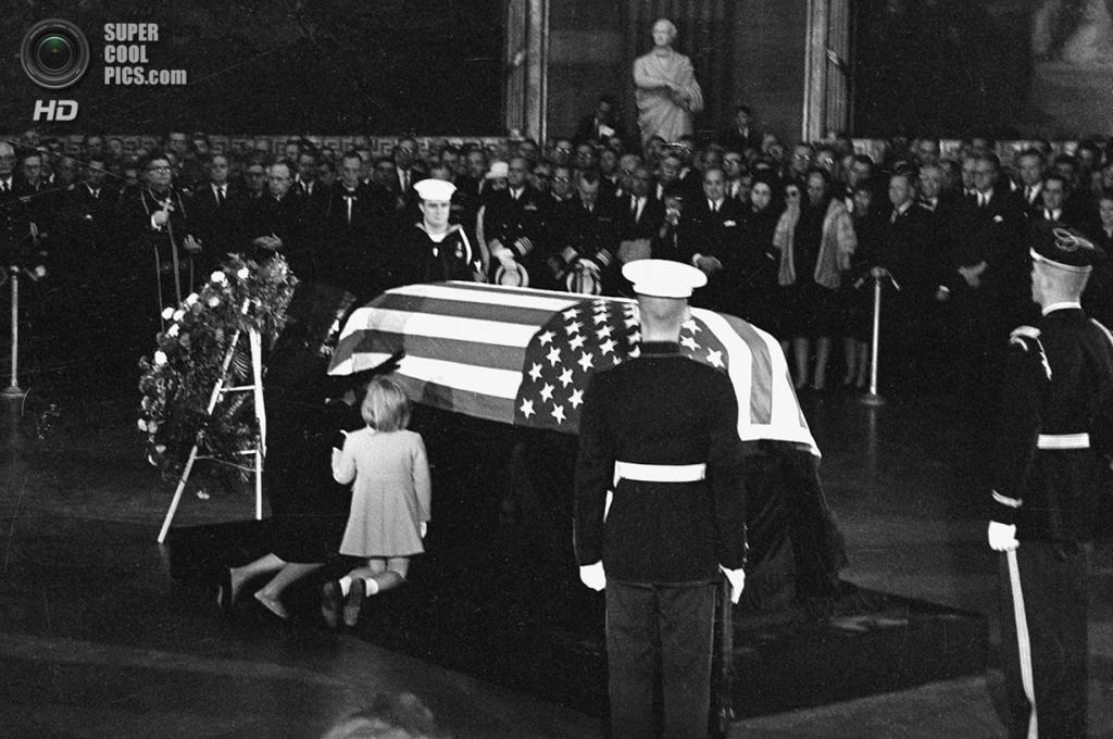 США. Вашингтон. 24 ноября 1963 года. Жаклин Кеннеди с дочерью и сыном у гроба Джона Ф. Кеннеди. (AP Photo)
