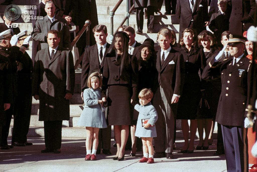 США. Вашингтон. 25 ноября 1963 года. Семья покойного Джона Ф. Кеннеди. (Robert Knudsen/White House/John F. Kennedy Presidential Library)