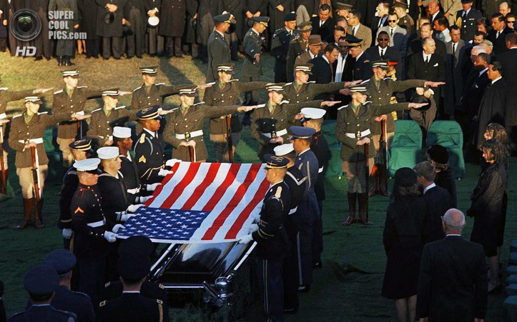 США. Арлингтон, Виргиния. 25 ноября 1963 года. Ирландский почетный караул на погребальной церемонии Джона Ф. Кеннеди (он происходил из ирландской семьи) на Арлингтонском национальном кладбище. (AP Photo)