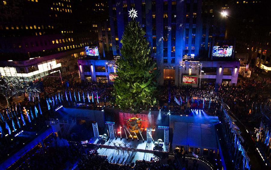 США. Нью-Йорк. 4 декабря. Выступление The Radio City Rockettes на церемонии зажжения рождественской ёлки у Рокфеллер-центра. (REUTERS/Keith Bedford)