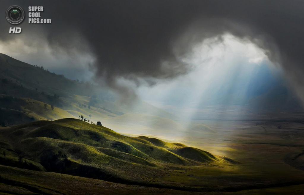 «Свет с небес». Место съемки: Индонезия. Бромо, Восточная Ява. (Pimpin Nagawan/National Geographic Photo Contest)