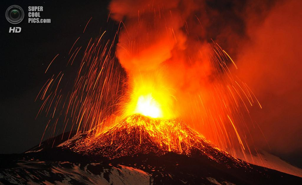 Италия. Сицилия. 16 ноября. Извержение вулкана Этна. (AP Photo/Carmelo Imbesi)