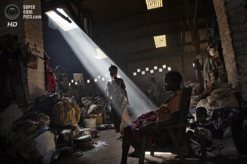 Центральноафриканская Республика. Босангоа, Уам. 2 ноября. Вынужденные переселенцы во временном убежище — на заброшенном заводе. Десятки тысяч человек живут здесь в нечеловеческих условиях, пока идёт гражданская война. (Marcus Bleasdale/VII)