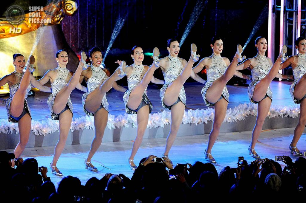 США. Нью-Йорк. 4 декабря. Выступление The Radio City Rockettes на церемонии зажжения рождественской ёлки у Рокфеллер-центра. (AP Photo/Evan Agostini/Invision)