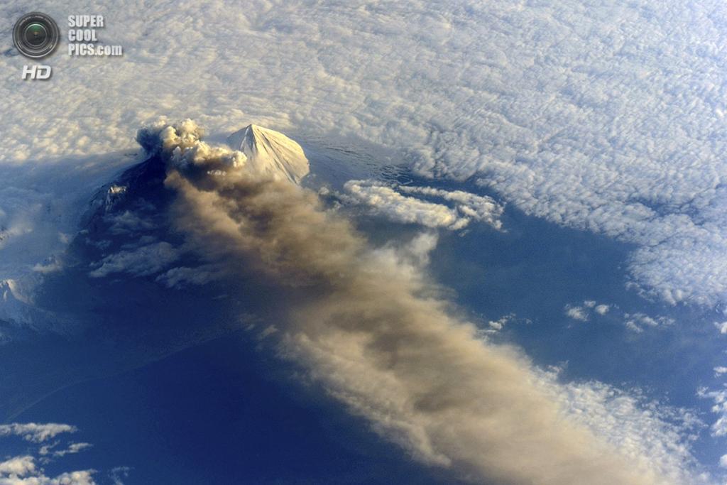 США. Аляска. 18 мая. Извержение вулкана Павлова, вид с МКС. (NASA)