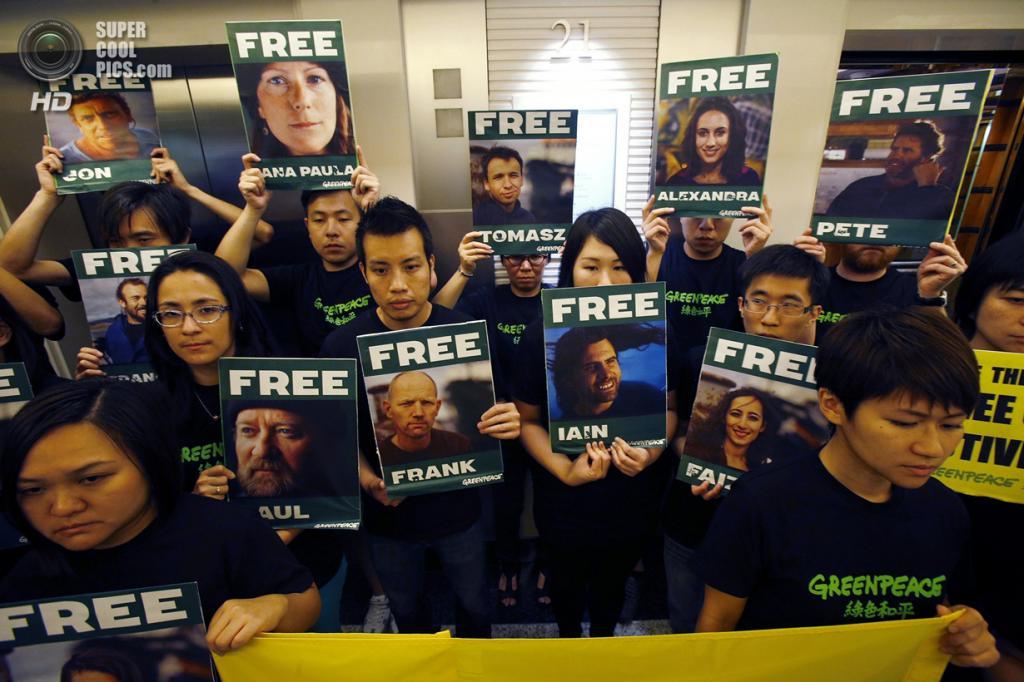 Гонконг. 27 сентября. Во время демонстрации в поддержку задержанных активистов Greenpeace по делу о ЧП на платформе «Приразломная». (REUTERS/Bobby Yip)