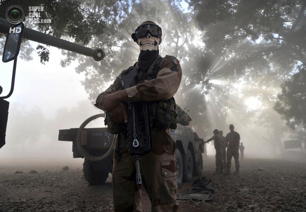 Мали. Нионо, Сегу. 20 января. Французский солдат позирует для фото в маске героя игры «Call of Duty: Modern Warfare 2» по имени Саймон «Гоуст» Райли, из-за чего попал в немилость начальства. (ISSOUF SANOGO/AFP/Getty Images) — Пост на сайте