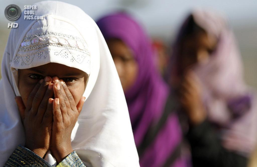 Местные школьницы на утреннем собрании. (REUTERS/Mohamed al-Sayaghi)