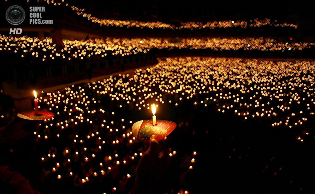 Индонезия. Сурабая, Восточная Ява. 25 декабря. Индонезийские христиане на рождественской молитве. (Juni Kriswanto/AFP/Getty Images)