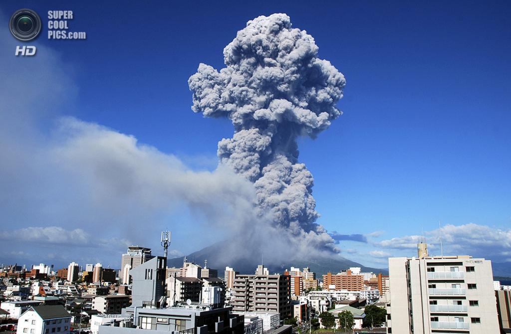 Япония. Кагосима. 18 августа. Извержение вулкана Сакурадзима. (AP Photo/Kagoshima Local Meteorological Observatory)