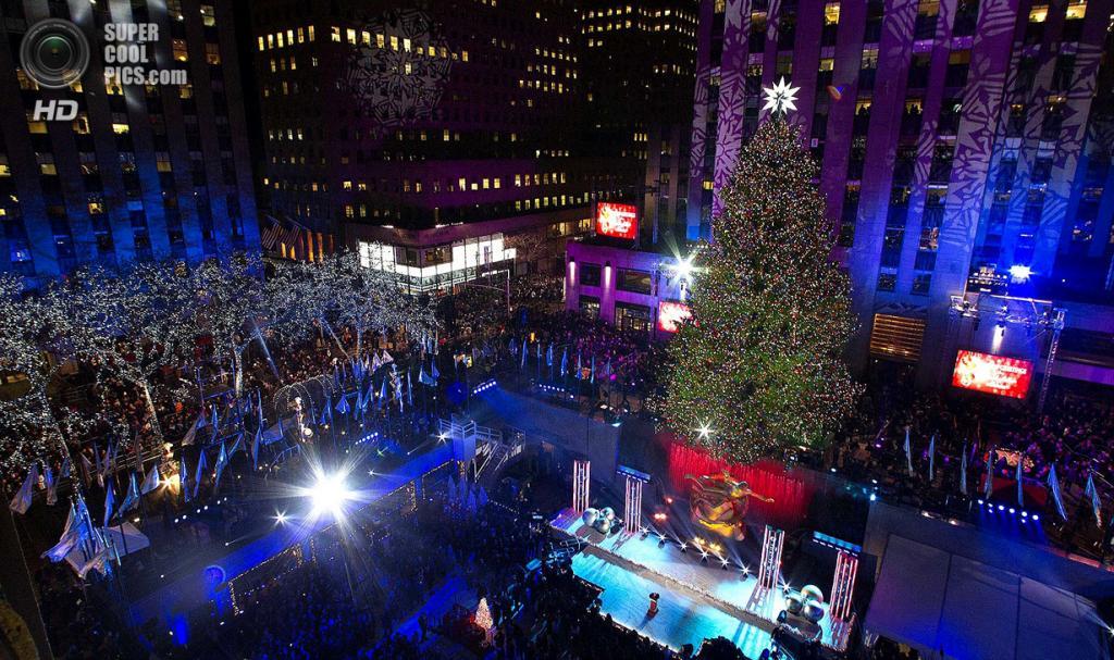 США. Нью-Йорк. 4 декабря. Церемония зажжения рождественской ёлки у Рокфеллер-центра. (REUTERS/Keith Bedford)
