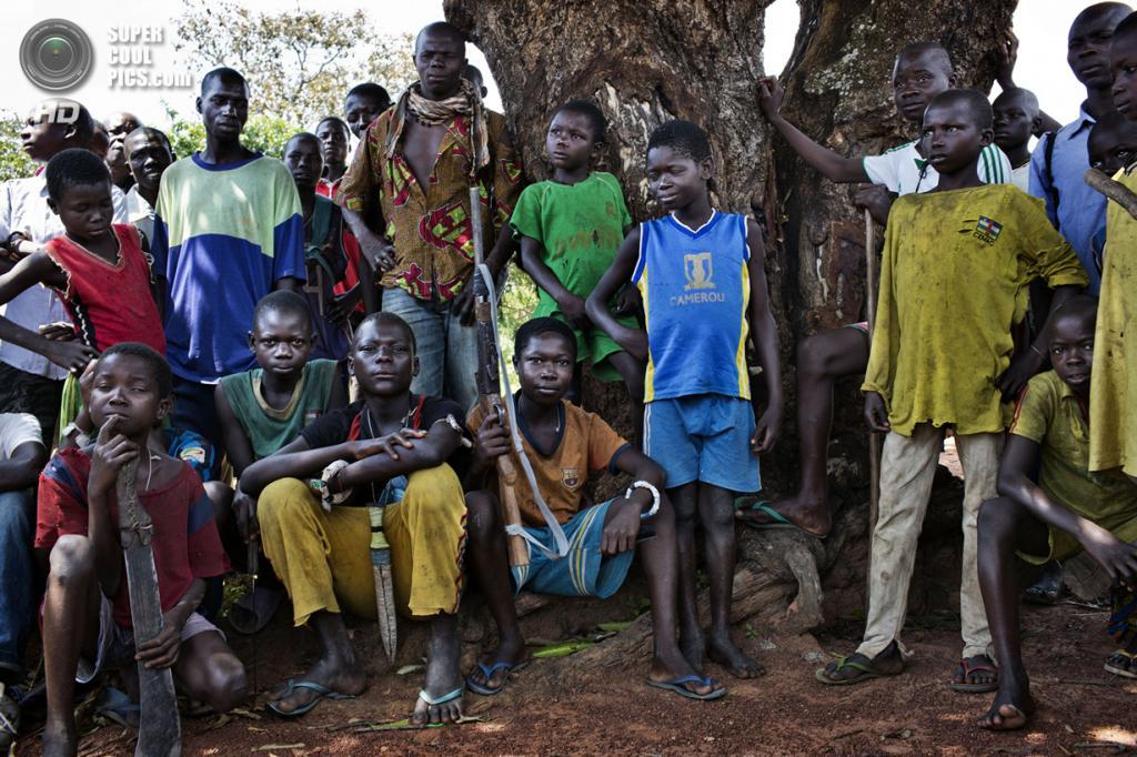Центральноафриканская Республика. Босангоа, Уам. 3 ноября. Несовершеннолетние боевики христианской группировки «Анти-Балака». (Marcus Bleasdale/VII)