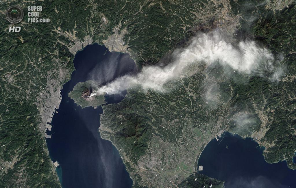 Япония. Кагосима. 23 ноября. Извержение вулкана Сакурадзима, вид со спутника Landsat. (NASA Earth Observatory/Jesse Allen and Robert Simmon)