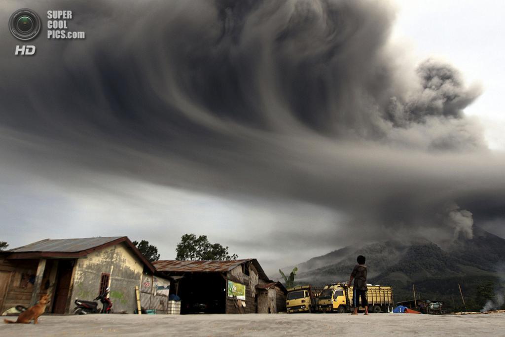 Индонезия. Сибинтун, Северная Суматра. 18 ноября. Извержение вулкана Синабунг. (REUTERS/Roni Bintang) — Пост на сайте