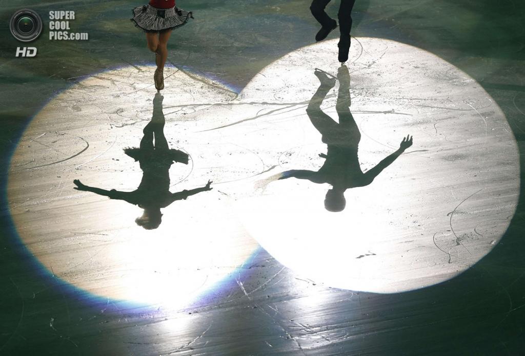 Япония. Фукуока. 8 декабря. Алёна Савченко и Робин Шолковы из Германии в Финале Гран-при по фигурному катанию. (REUTERS/Issei Kato)