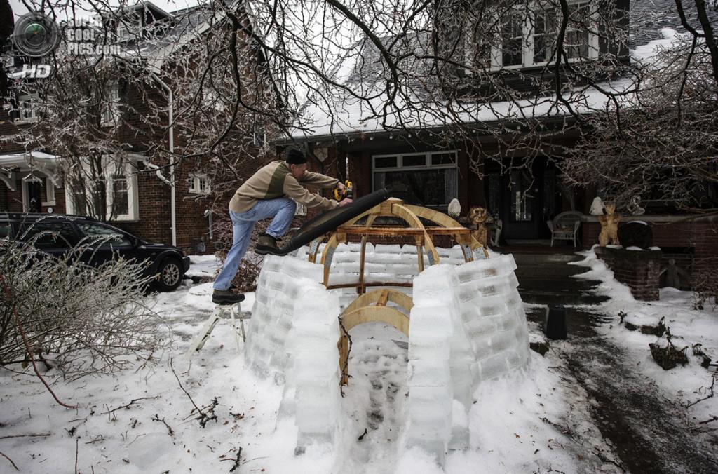 Канада. Торонто, Онтарио. 22 декабря. Уоррен Милн строит иглу у себя во дворе. (REUTERS/Mark Blinch)