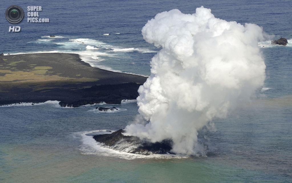 Япония. Оку, Симанэ. 21 ноября. Новый остров, образовавшийся после подводного извержения. (REUTERS/Kyodo)