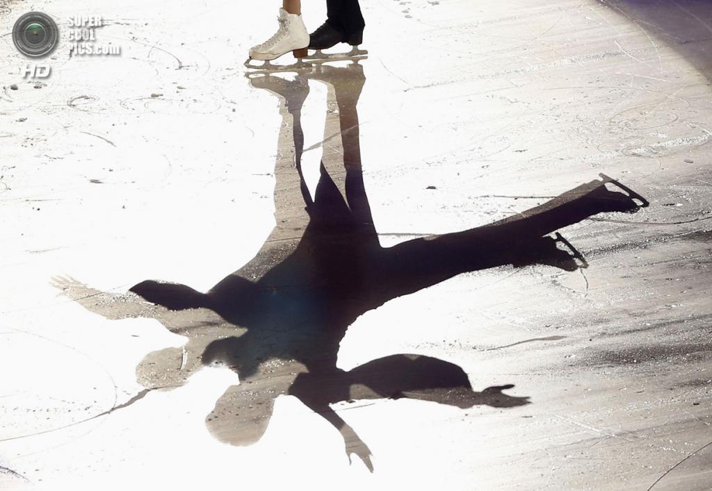 Япония. Фукуока. 8 декабря. Пан Цин и Тун Цзянь из Китая в Финале Гран-при по фигурному катанию. (REUTERS/Issei Kato)