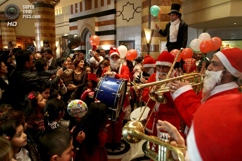 Сирия. Дамаск. 25 декабря. Сирийские христиане празднуют Рождество в отеле Dama Rose. (AP Photo)