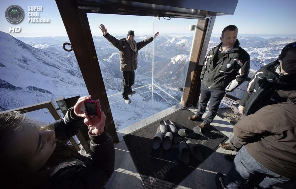 Франция. Эгюий-дю-Миди, Верхняя Савойя, Рона — Альпы. 21 декабря. Смотровая площадка «Шаг в пустоту» на высоте 3 842 метров над уровнем моря и в 1 035 метрах над нижележащей горной долиной. (REUTERS/Robert Pratta) — Пост на сайте