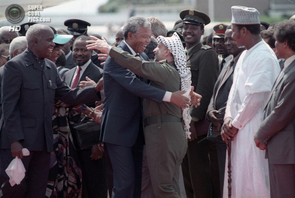 Замбия. Лусака. 27 февраля 1990 года. Нельсон Мандела и лидер Организации освобождения Палестины Ясир Арафат. (REUTERS/Howard Burditt)