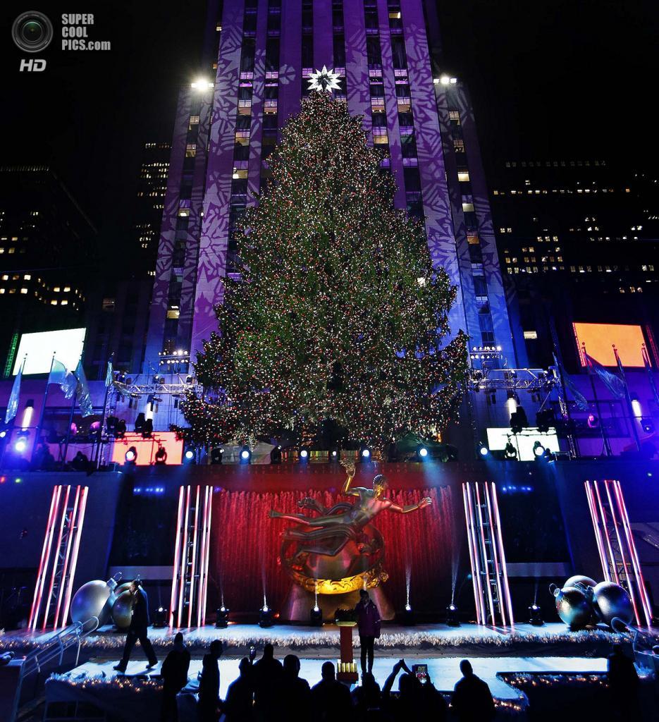 США. Нью-Йорк. 4 декабря. Церемония зажжения рождественской ёлки у Рокфеллер-центра. (AP Photo/Kathy Willens)