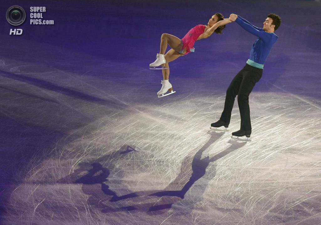 Япония. Фукуока. 8 декабря. Меган Дюамель и Эрик Рэдфорд из Канады в Финале Гран-при по фигурному катанию. (REUTERS/Issei Kato)