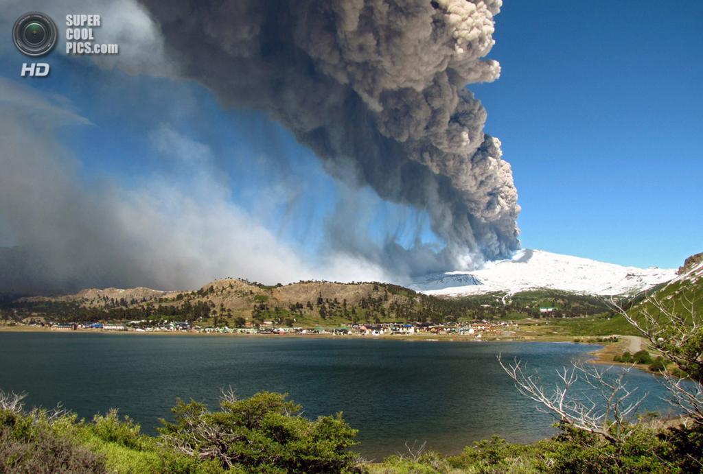 Аргентина. Неукен. 22 декабря 2012 года. Извержение вулкана Копауэ. (ANTONIO HUGLICH/AFP/Getty Images)