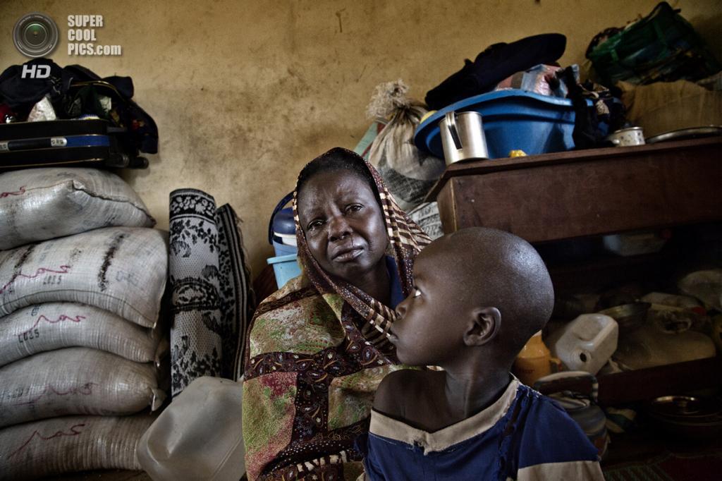 Центральноафриканская Республика. Босангоа, Уам. 1 ноября. Мусульманка Астита Тала с двухлетним сыном, которого она выдавала за девочку, чтобы спасти от боевиков. (Marcus Bleasdale/VII)