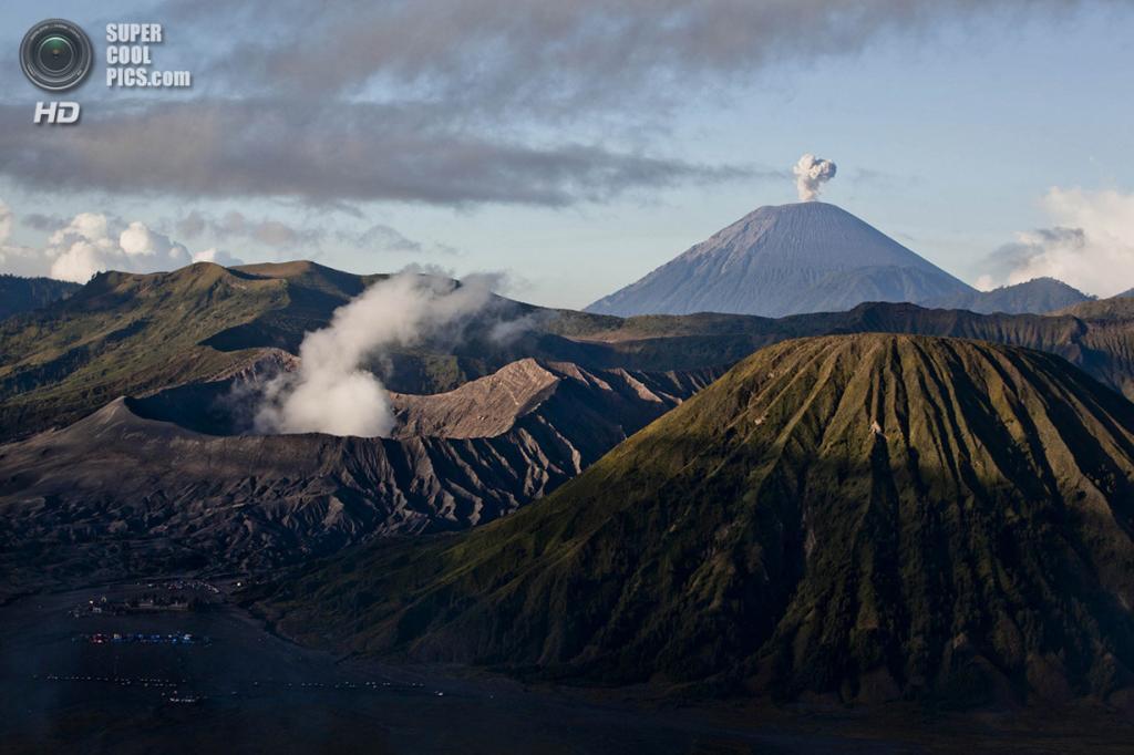 Индонезия. Проболинго, Восточная Ява. 23 июля. Извержение вулкана Бромо. (Ulet Ifansasti/Getty Images)