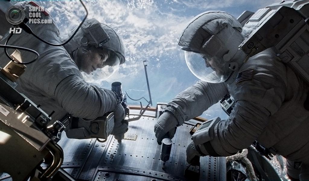 1. «Гравитация». Режиссёр: Альфонсо Куарон. Пожалуй, более впечатляющего фильма о космосе зрители не видели со времён «Космической одиссеи 2001 года» Стэнли Кубрика, которой уже полных 45 лет. Но теперь есть компьютерные спецэффекты, IMAX и настоящие космические станции, так что «Гравитация» во многом даже эффектней. Виды северного сияния и ночного свечения городов с орбиты, убедительность холодной и беззвучной пропасти космоса, поведение слезы и пожара в невесомости, детальное воспроизведение космических станций и аппаратов — всё это с лихвой перевешивает некоторые неточности в интерпретации физических законов и сил, причём существенно повлиявших на сюжет. «Гравитация», по нашему мнению, заслужила звание «фильма года». (Warner Bros.)