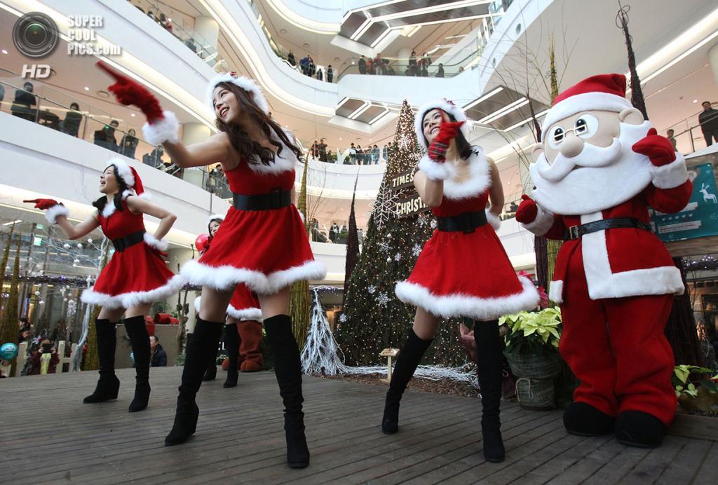 Южная Корея. Сеул. 24 декабря. Праздничное представление в одном из торговых центров Сеула. (AP Photo/Ahn Young-joon)
