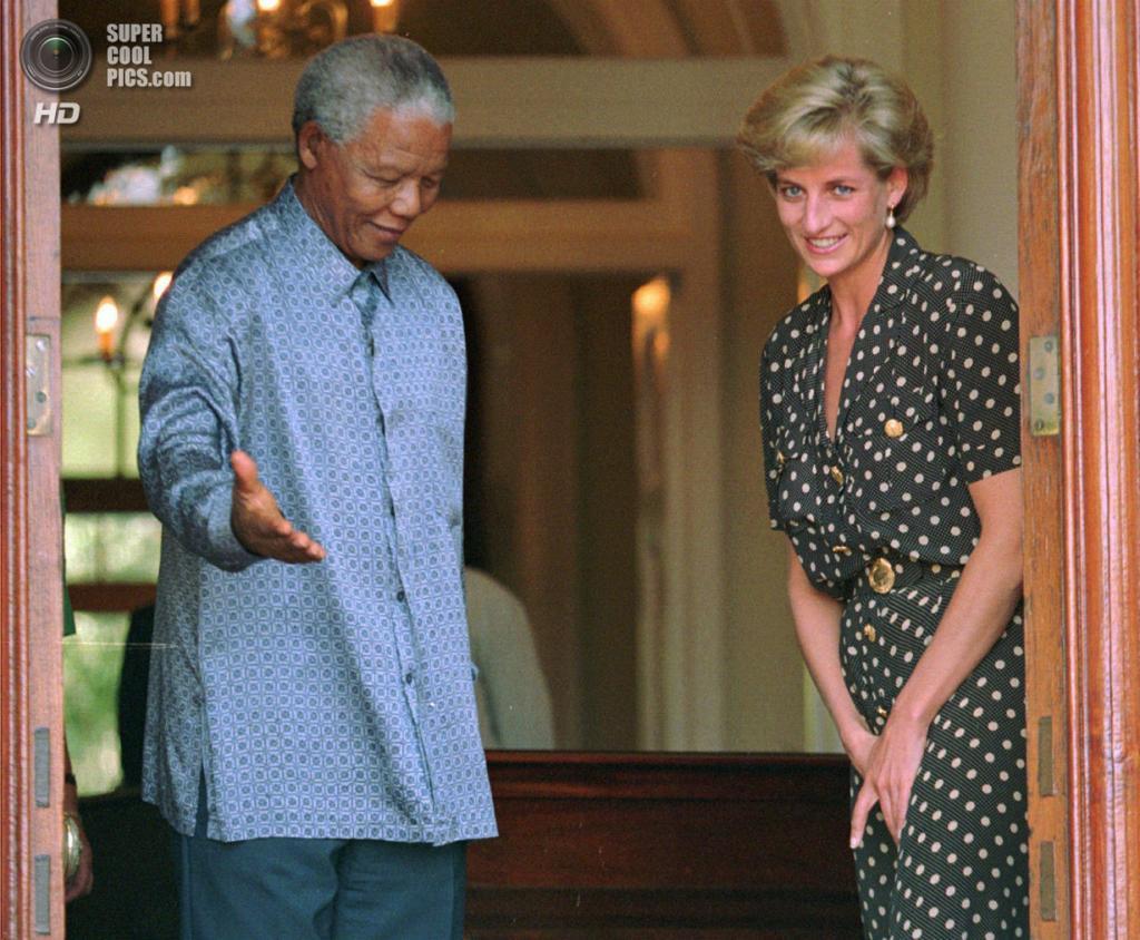 ЮАР. Кейптаун. 17 марта 1997 года. Нельсон Мандела и принцесса Диана. (AP Photo/Sasa Kralj)