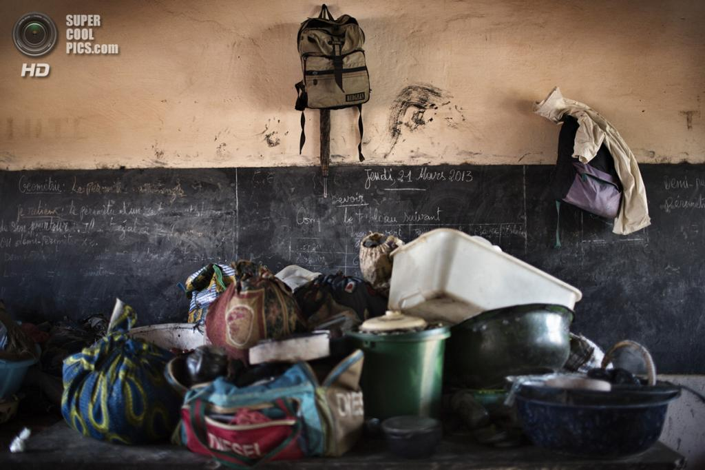 Центральноафриканская Республика. Босангоа, Уам. 3 ноября. Школа, превращённая в лагерь для беженцев. На доске указана дата последнего занятия с детьми — 21 марта. (Marcus Bleasdale/VII)